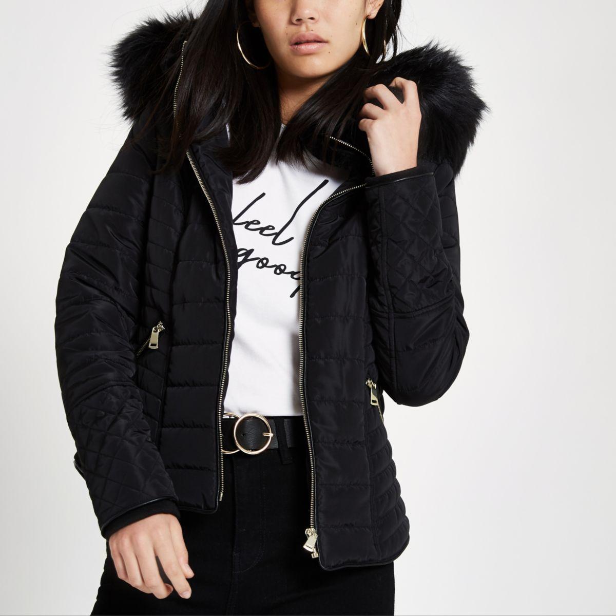 Zwarte gewatteerde jas met capuchon van imitatiebont en lange mouwen