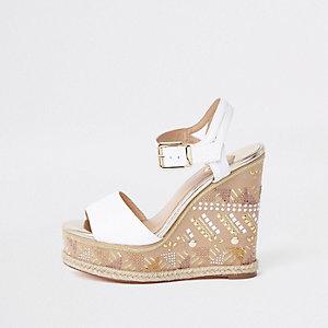 Sandales blanches compensées style espadrille ornées