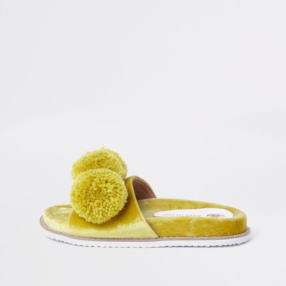 Claquettes en velours vert citron avec pompons