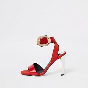 Rode sandalen met oversized goudkleurige gesp