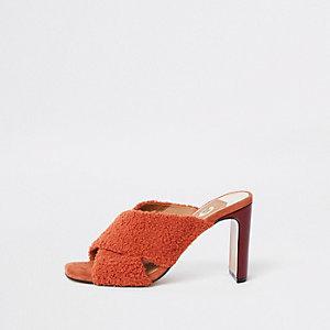 Rote Sandalen mit überkreuzten Riemen aus Kunstfell