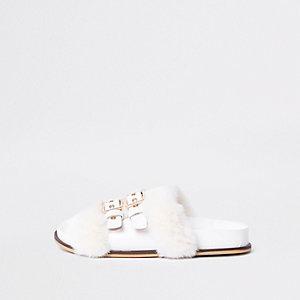 Witte slippers met imitatiebont en hangslot