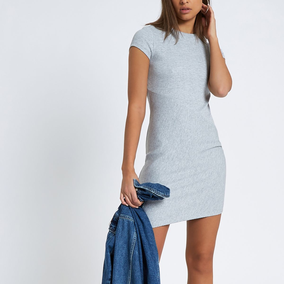 Grijze geribbelde aansluitende jurk met kapmouwtjes