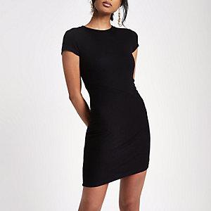 Zwarte geribbelde aansluitende jurk met kapmouwtjes