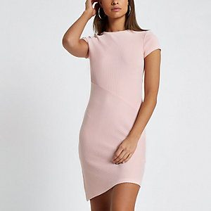 Roze geribbelde aansluitende jurk met kapmouwtjes