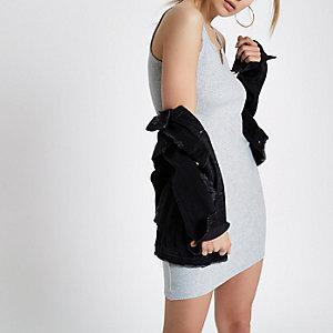Grijze geribbelde aansluitende jurk met knoop voor