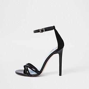 Minimalistische zwarte sandalen met gekruiste bandjes