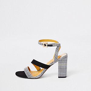 Sandales asymétriques à lanières grises à carreaux