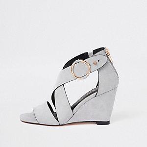 Grijze sandalen met gekruiste bandjes en sleehak