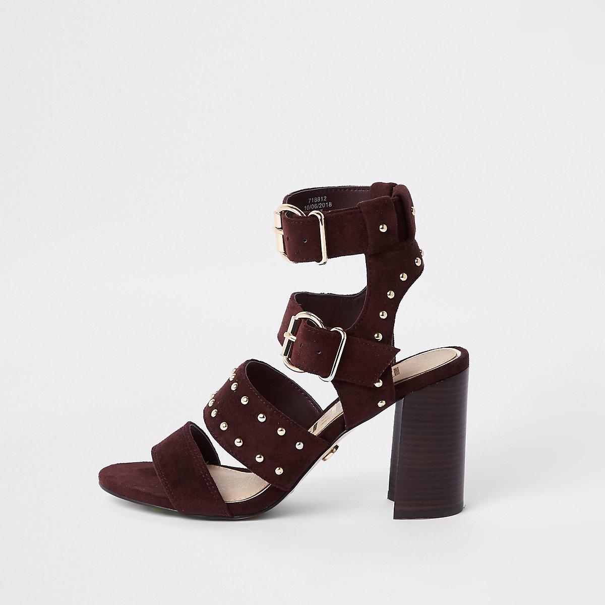 Sandales en daim rouge foncé cloutées à talon carré