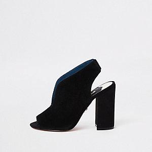 Zwarte suède schoenlaarsjes met gebogen voorschoen en blokhak