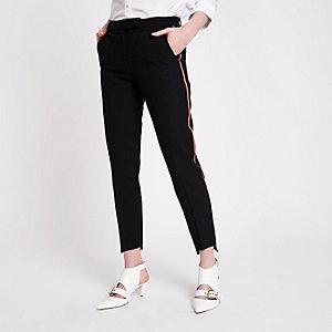 Schwarze Hose mit geradem Bein und seitlichen Streifen