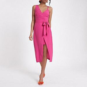 Robe asymétrique rose vif nouée à la taille