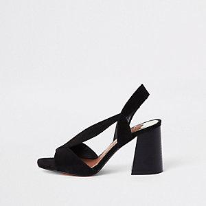 Zwarte asymmetrisch uitlopende sandalen met hak en brede pasvorm