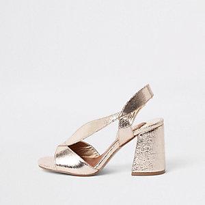 Sandales dorées coupe large à talons évasés asymétriques