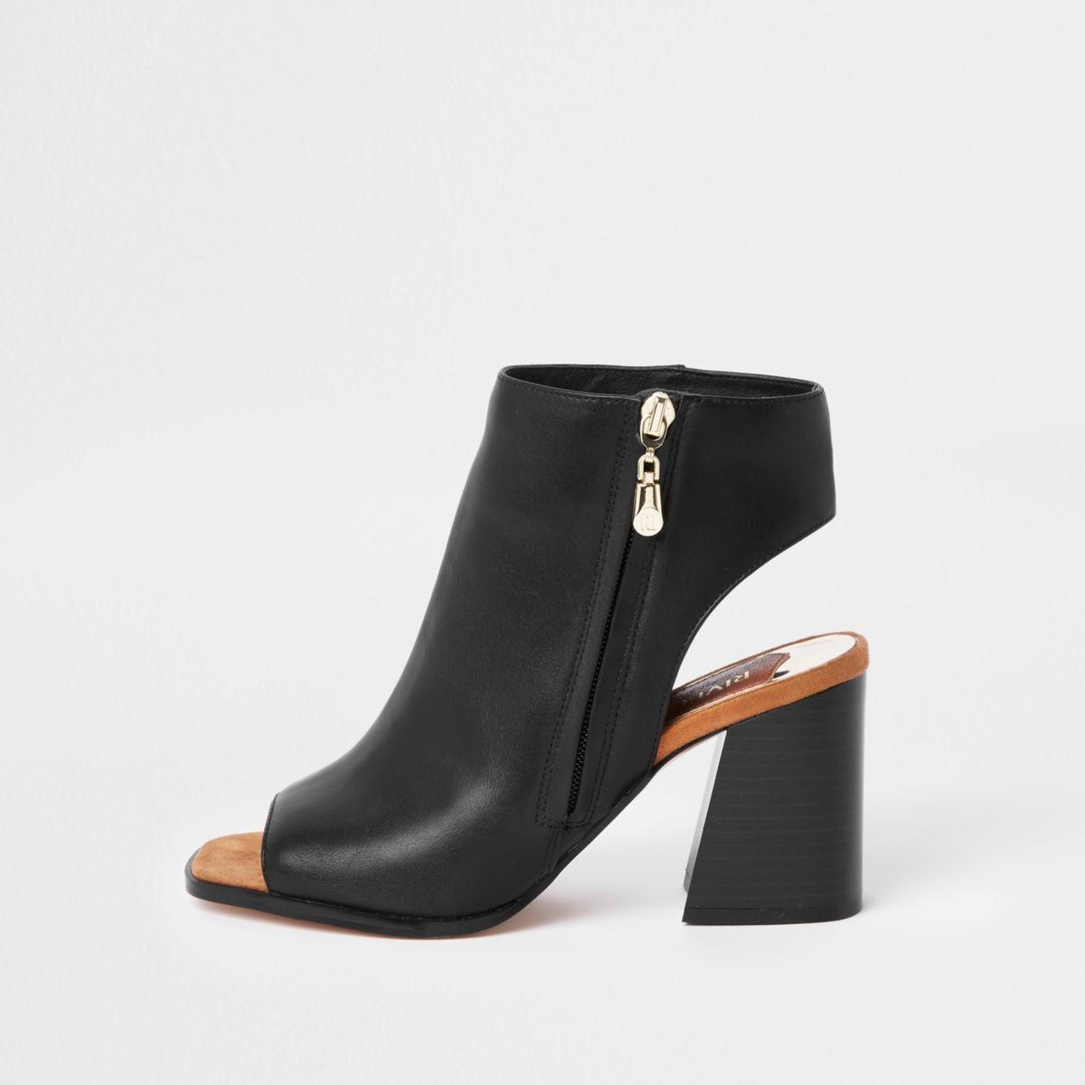 Zwarte schoenlaarsjes met rits opzij en brede pasvorm