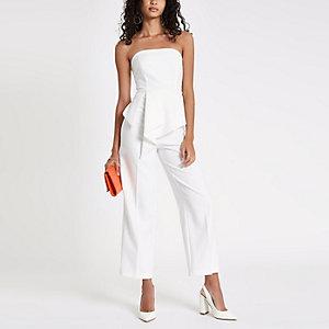 Witte jumpsuit in bardotstijl met ruches voor