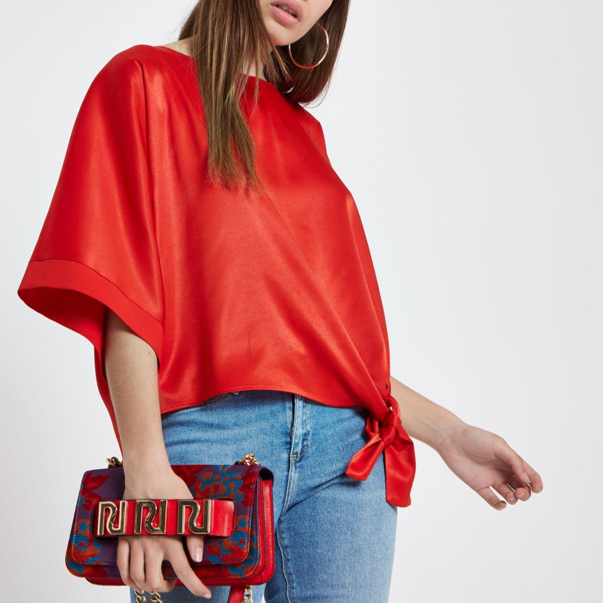 Rood satijnen T-shirt met knoop opzij