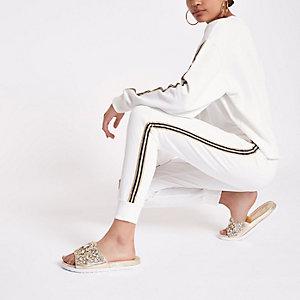 Weiße Jogginghose mit Seiteneinsatz