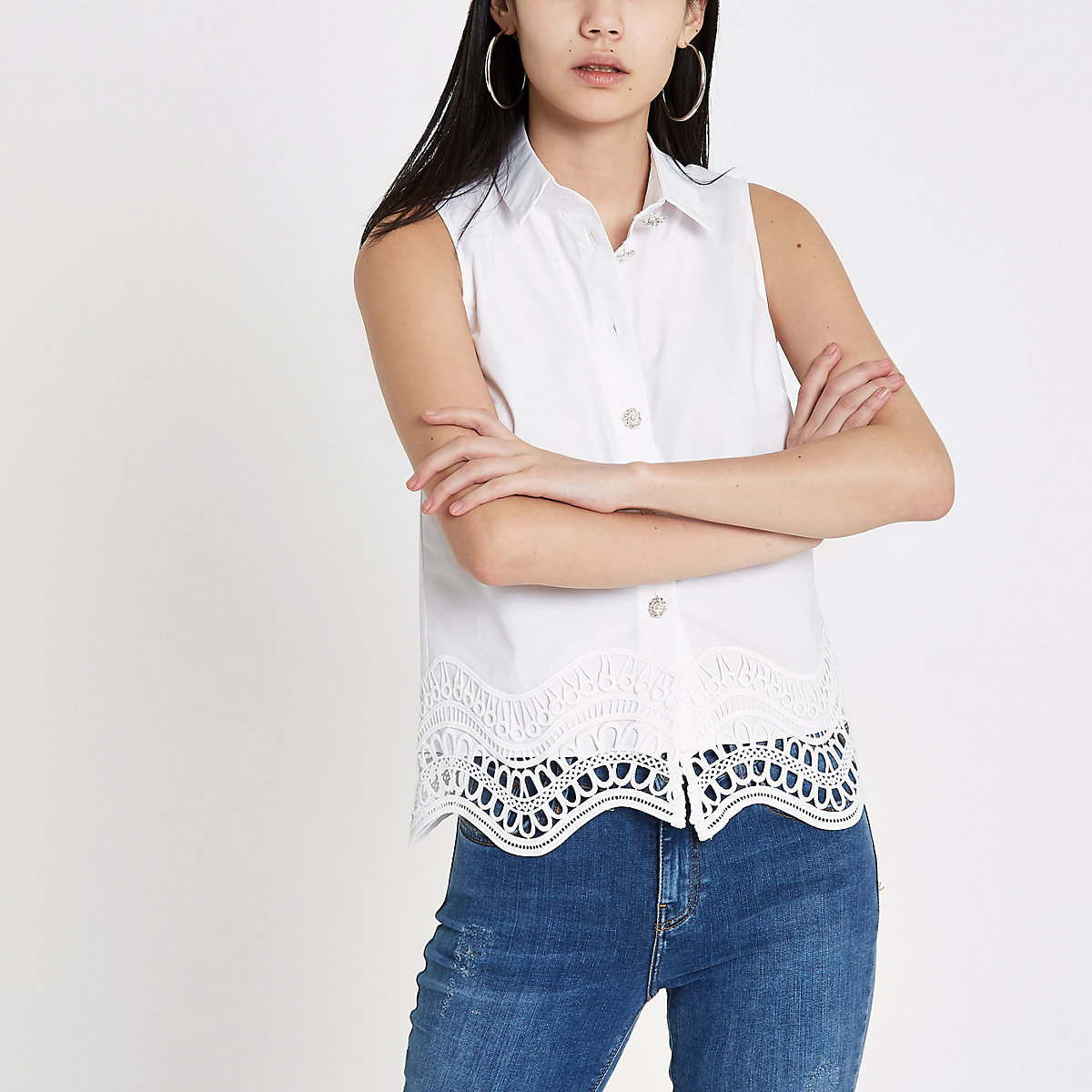 White lace hem sleeveless shirt