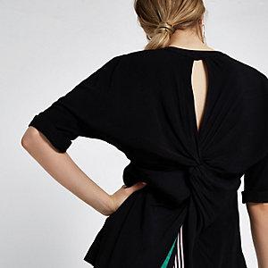 Schwarze, kurzärmelige Bluse mit verdrehtem Detail hinten