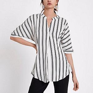Zwarte gestreepte blouse met gedraaide achterkant en korte mouwen