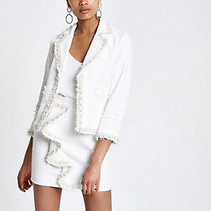 Blazer blanc en tissu bouclé bordé de perles