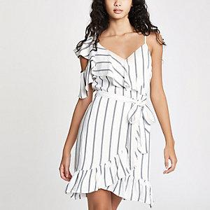 Witte gestreepte mini-jurk met blote schouder