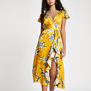 Robe longue jaune à fleurs et volants à ourlet fendu