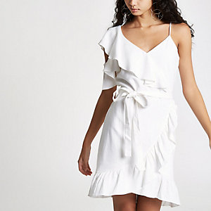 Mini robe blanche drapée asymétrique