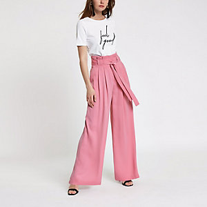 Pantalon large rose à taille haute ceinturée