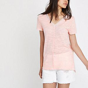 T-shirt rose avec encolure ornée de strass