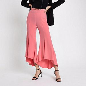 Pantalon évasé rose avec ourlet à volant