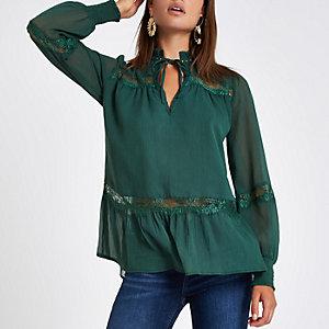 Grüne Bluse mit Spitzenbordüren und Nieten