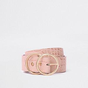 Roze riem met dubbele ring en krokodillenprint in reliëf