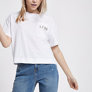 RI Petite - Wit kort T-shirt met 'Less is more'-print