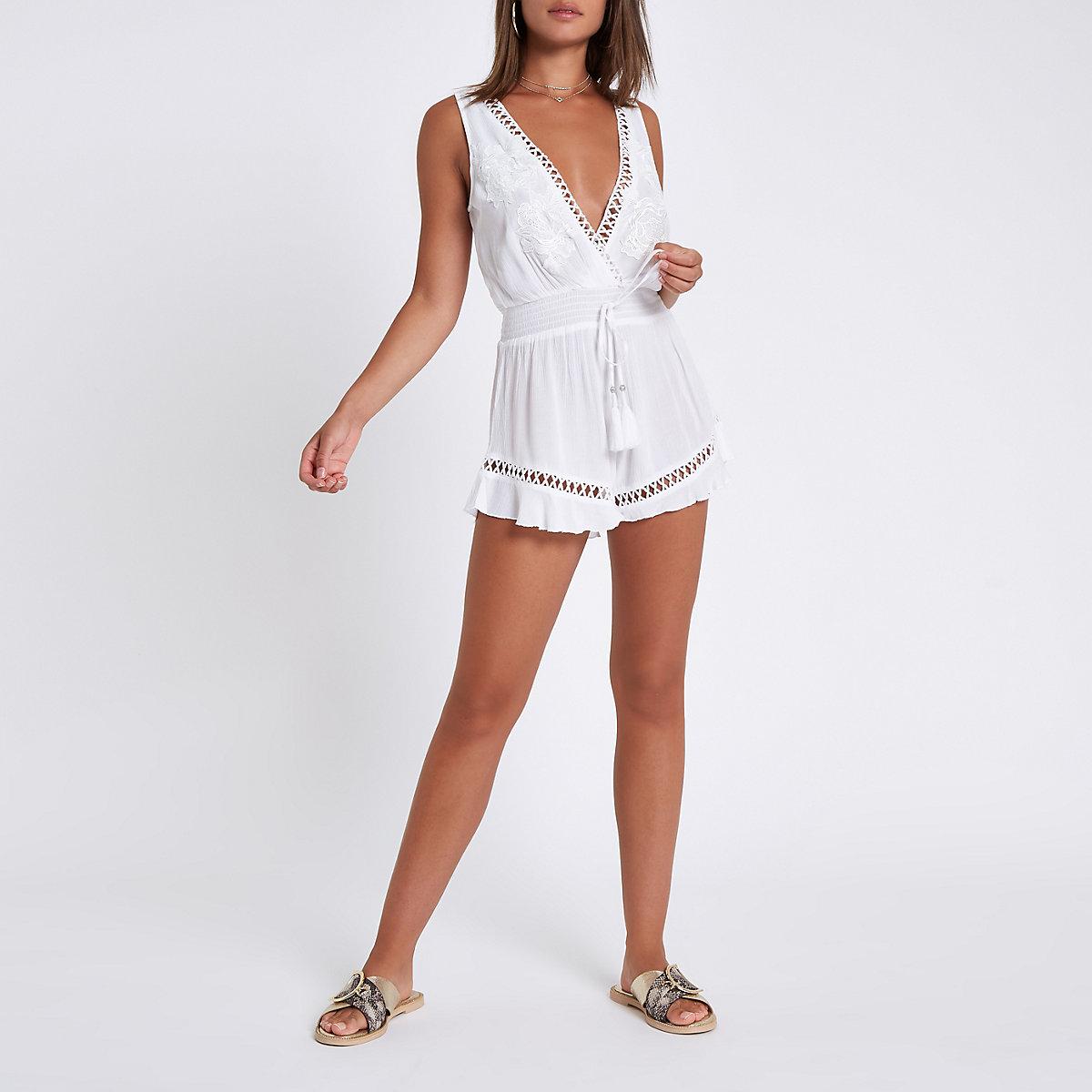 Witte strandplaysuit met bloemenapplicaties