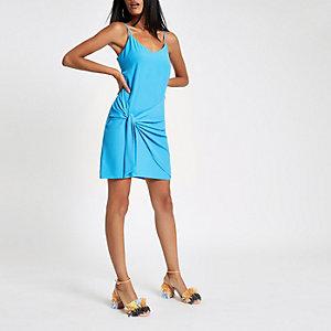 Robe bleue à bretelles fines nouée sur le devant