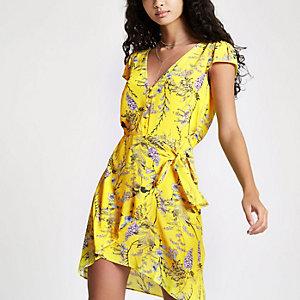 Mini robe portefeuille à fleurs jaune boutonnée sur le devant