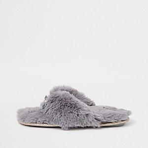 Chaussons claquettes en fausse fourrure grise