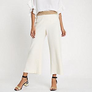 Pantalon court large crème à bordures cloutées