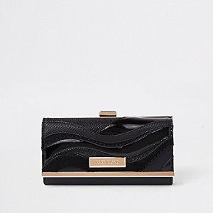 Zwarte portemonnee met druksluiting en golvend paneel met uitsnedes
