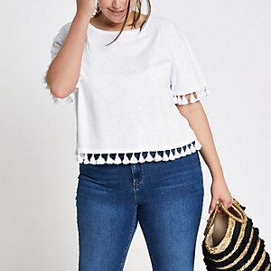 Plus – Weißes T-Shirt mit Pompon