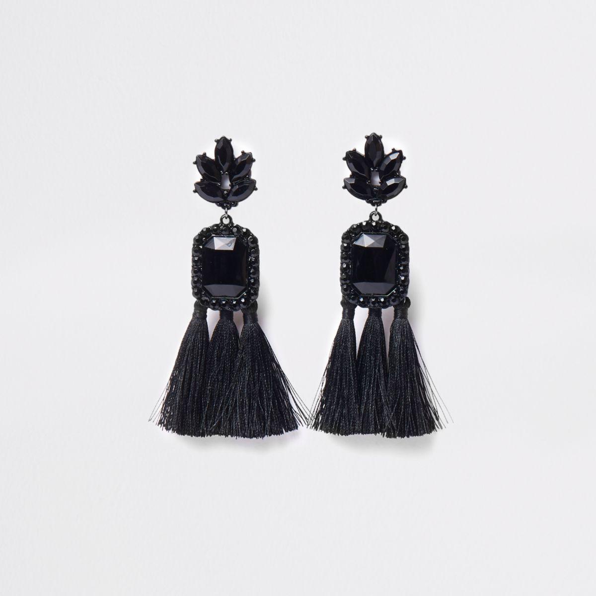 Oorclips met zwart rechthoekig siersteentje en kwastje