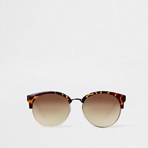 Bruine zonnebril met tortoise en kettingeffect