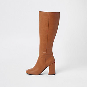 Braune, kniehohe Stiefel mit Blockabsatz