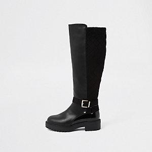 Schwarze, kniehohe Stiefel