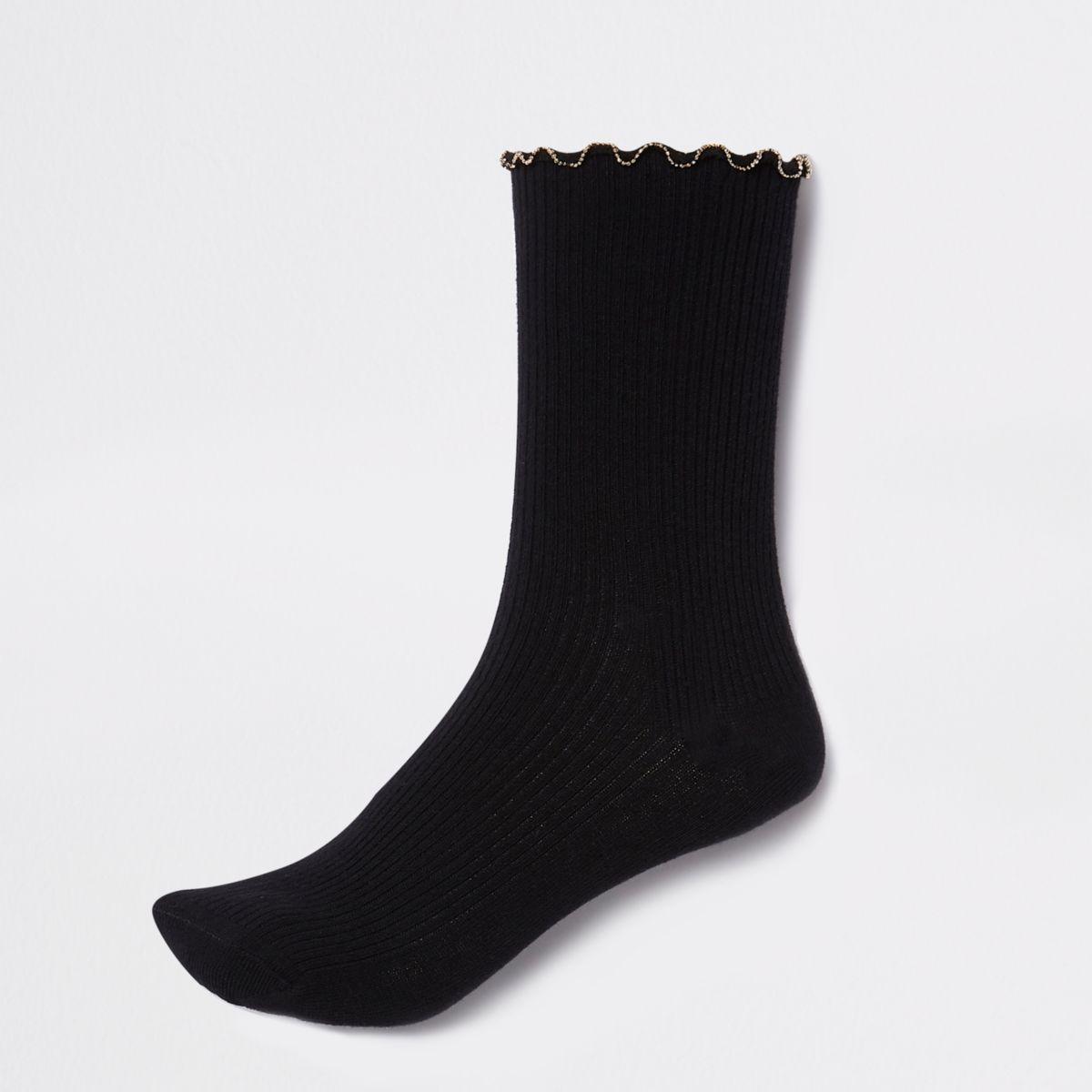 Zwarte geribbelde enkelsokken met ketting langs de zoom