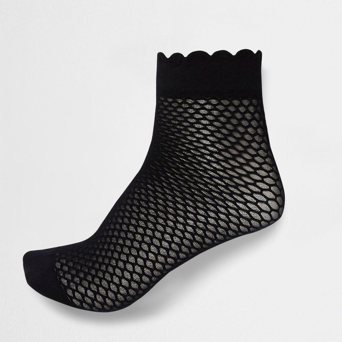 Black scallop edge ankle socks