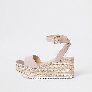 Sandales dorées pailletées à plateforme style espadrilles